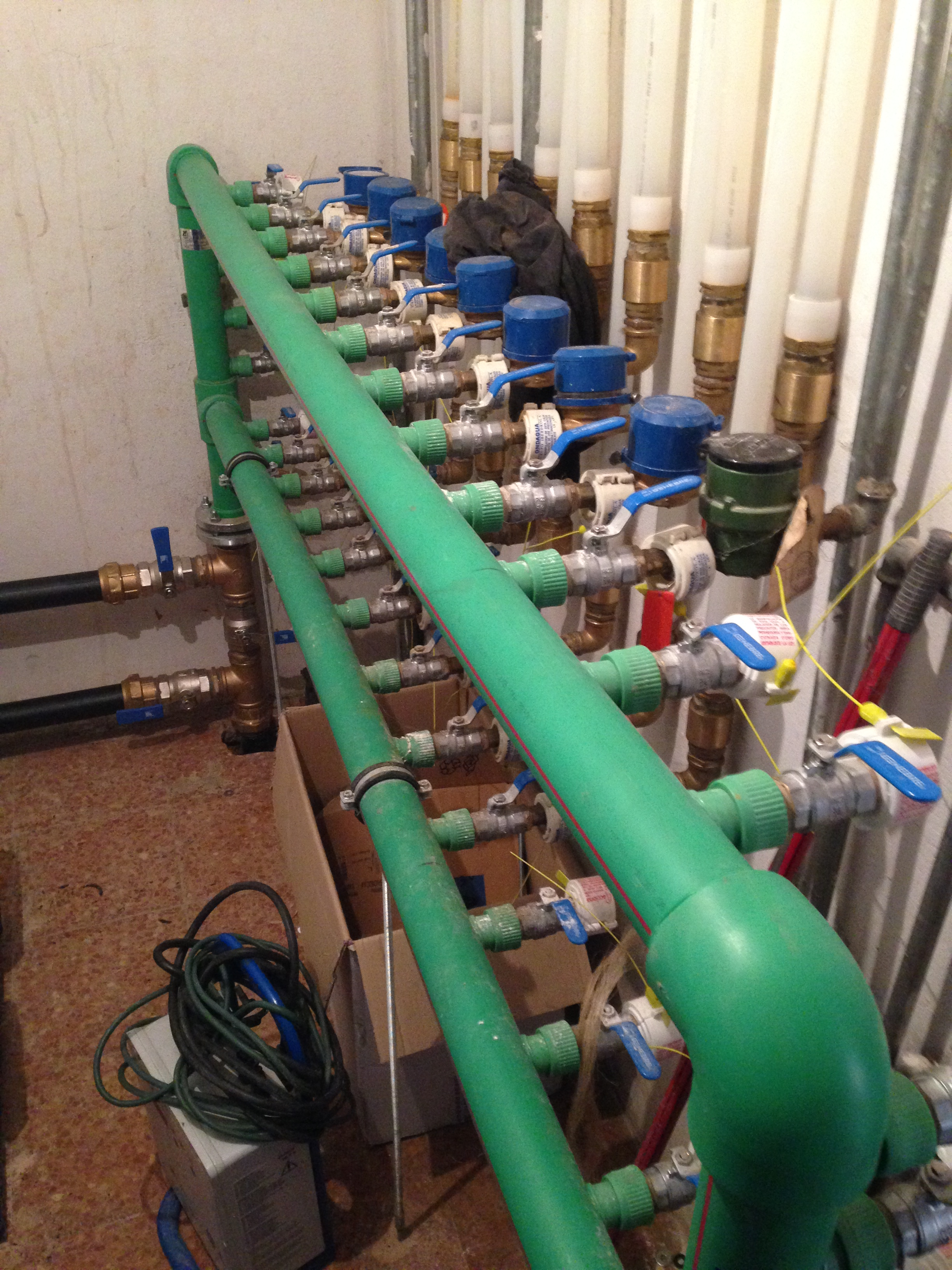 Cambio tuberias generales en edificio de Soria incluyendo bateria contadores y grupos de presión.