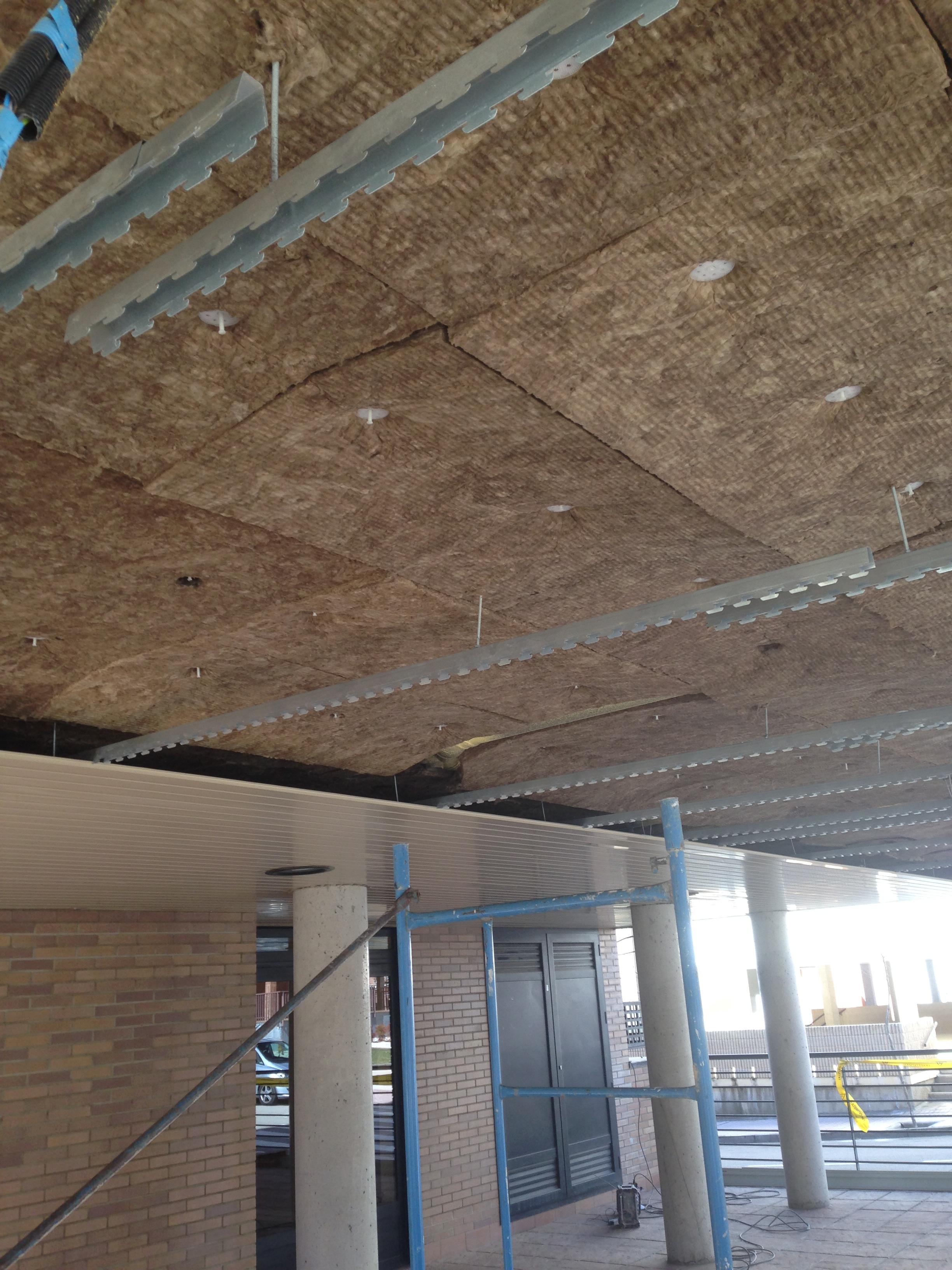 Aislamiento planta baja con doble plancha lana de roca en techo desmontable aluminio.